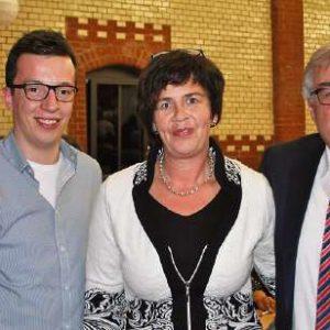 Glückwünsche für Birgit Kömpel kamen von Hans-Jürgen Herbst aus Lautertal, dem Schatzmeister des SPD-Unterbezirks Vogelsberg (rechts), und von Patrick Krug aus Grebenau, dem hessischen Landesvorsitzenden der Jusos.